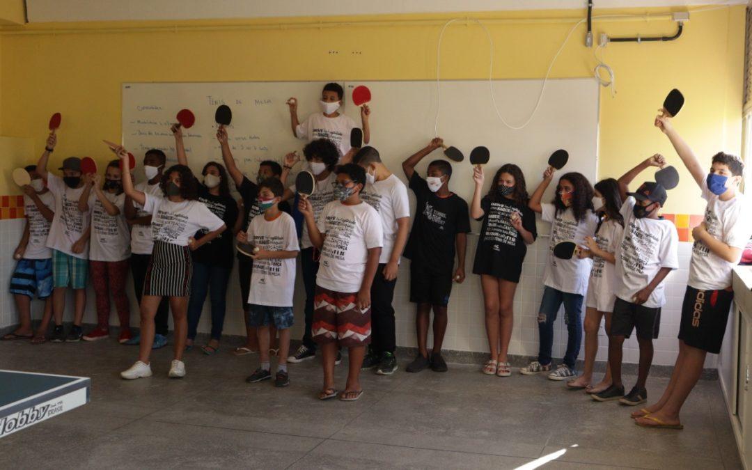 Atleta Olímpico Bruno Calderano presenteia alunos do Espaço Nova Geração